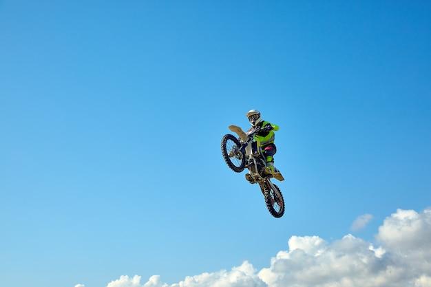 Biker doet de truc en springt in de lucht. extreem concept, adrenaline. Premium Foto