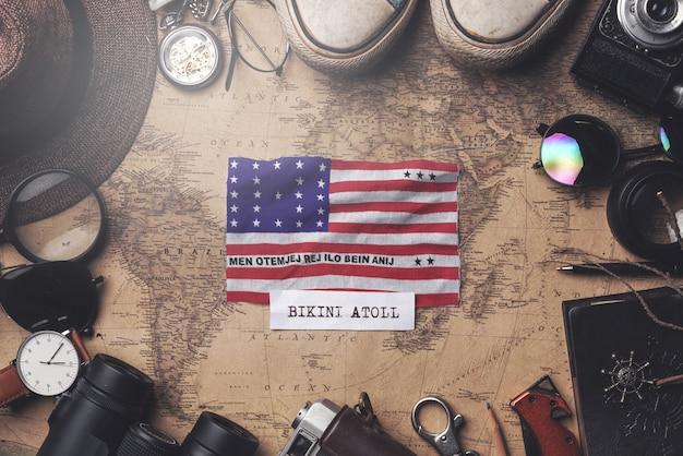 Bikinivlag tussen de accessoires van de reiziger op oude vintage kaart. overhead schot Premium Foto