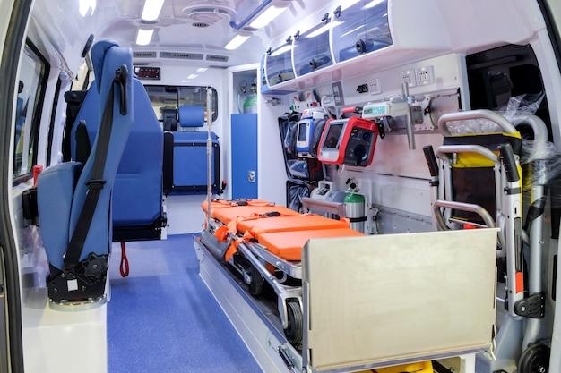 Binnen een ambulance met medische apparatuur om mensen te helpen Premium Foto