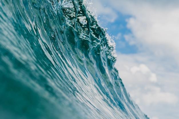 Binnen mening van de enorme brekende golf van de zee in mentawai-eilanden, indonesië Gratis Foto