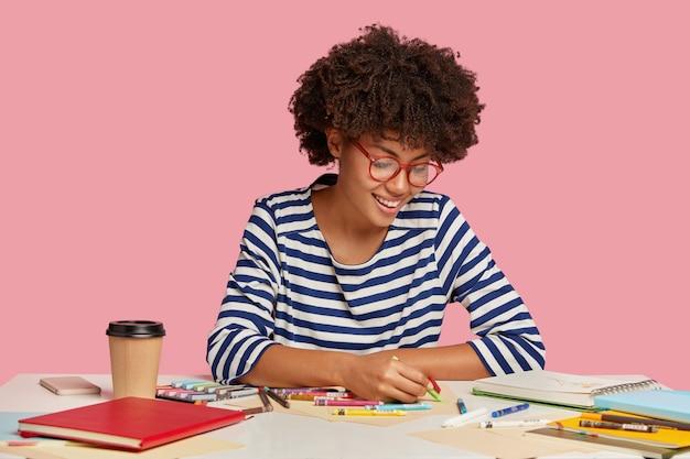 Binnen schot van tevreden kunstenaar houdt kleurpotlood Gratis Foto