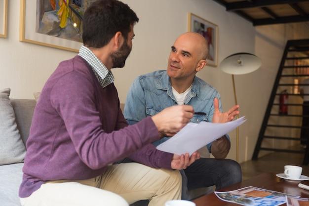 Binnenhuisarchitect en huiseigenaar bespreken ideeën voor renovatie Gratis Foto