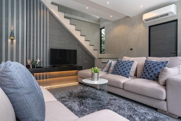 Binnenhuisarchitectuur in woonkamer in het zolderhuis Premium Foto
