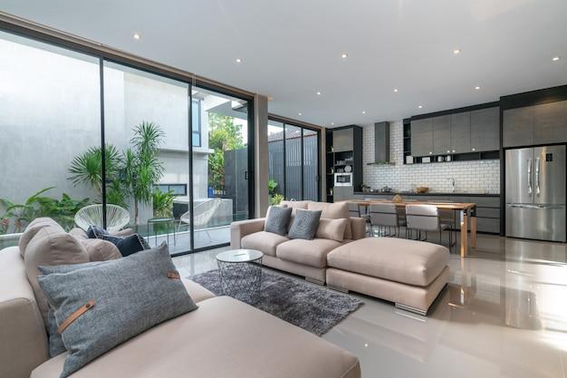 Binnenhuisarchitectuur in woonkamer met open keuken in het lofthuis Premium Foto