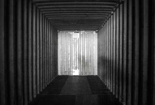 Binnenkant van binnen een lege verschepende ladingcontainer. magazijnlogistiek en vrachtvervoer. Premium Foto