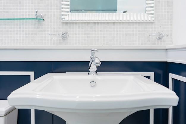 Binnenland van badkamers met de kraan van het dalingsbassin. chromen wastafel met kraan. modern design van de badkamer Premium Foto