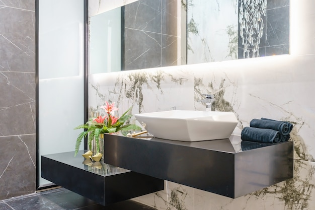 Binnenland van badkamers met de kraan van het gootsteenbassin en spiegel Premium Foto
