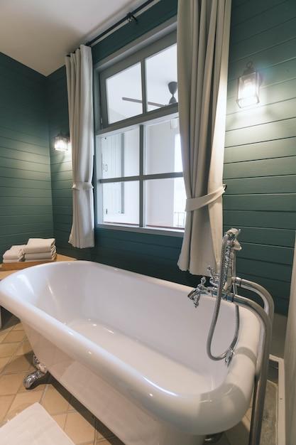 Binnenland van badkamers met wit bad Premium Foto