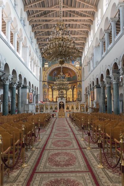 Binnenland van de basiliek van st. demetrios in thessaloniki Premium Foto