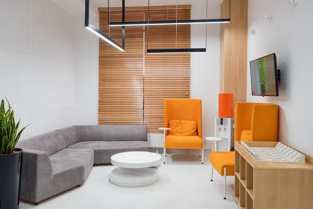 Binnenland van een moderne het ziekenhuiswachtkamer Premium Foto