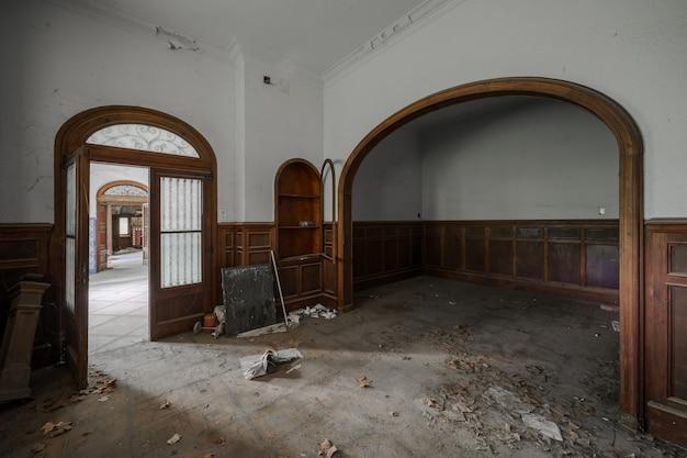 Binnenland van een oud verlaten herenhuis Premium Foto