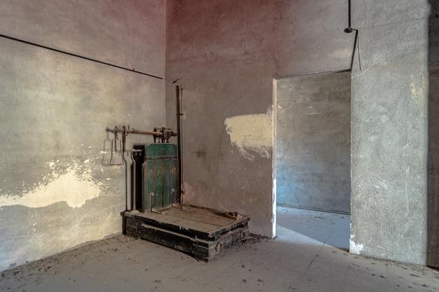 Binnenland van een verlaten pakhuis Premium Foto