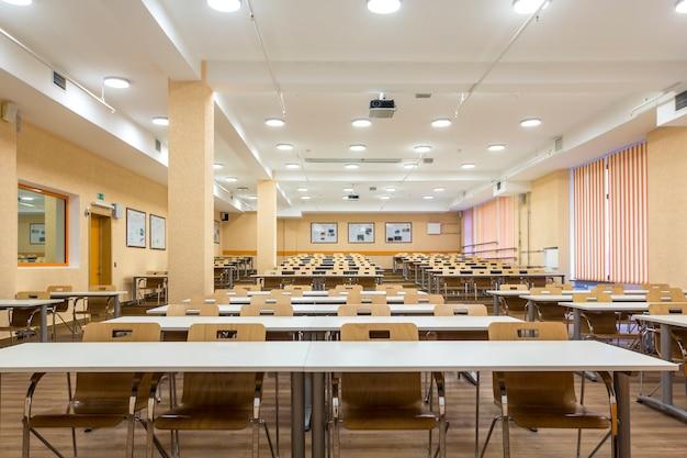 Binnenland van leeg universitair publiek, modern schoolklaslokaal Premium Foto