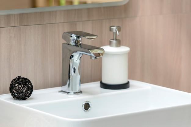 Binnenland van moderne badkamers met witte gootsteen en tapkraan, close-upgootsteen Premium Foto
