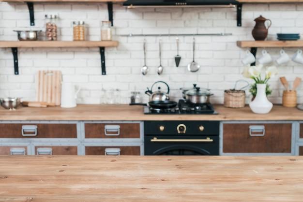 Binnenland van moderne keuken met houten lijst Premium Foto