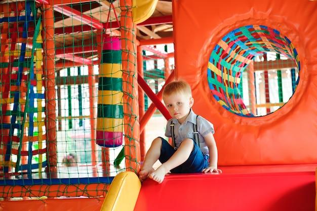 Binnenspeeltuin met kleurrijke plastic ballen voor kinderen Premium Foto