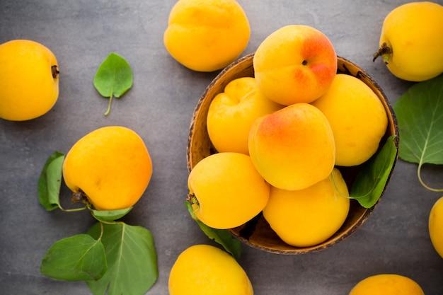 Biologische abrikozen met bladeren Premium Foto