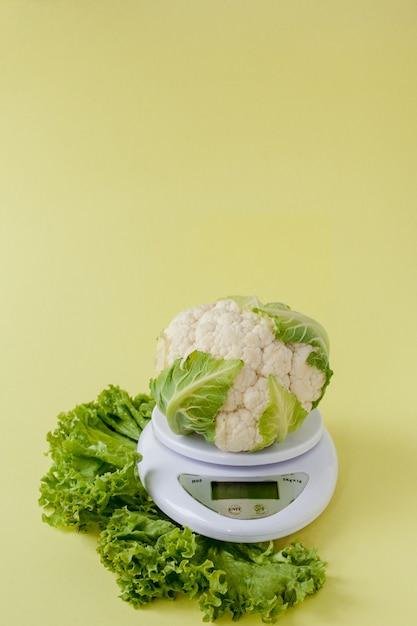 Biologische bloemkool op een vaas op een gele Premium Foto