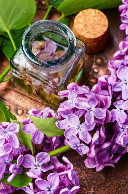 Biologische essentiële aroma-olie met lila Premium Foto