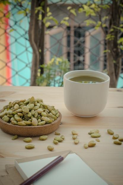 Biologische groene matcha thee en eetbare zaden van hyacint bonensnack, vintage toon Premium Foto