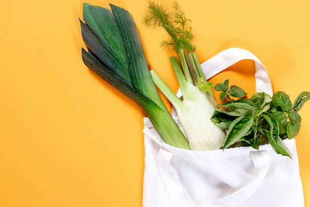 Biologische groenten in katoenen zak Premium Foto