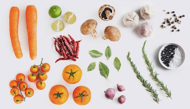 Biologische groenten met kruiden en specerijen, op witte achtergrond Premium Foto