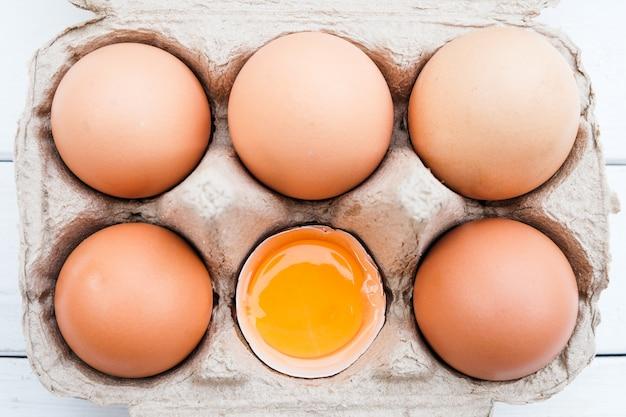 Biologische kippeneieren van de boerderij Premium Foto