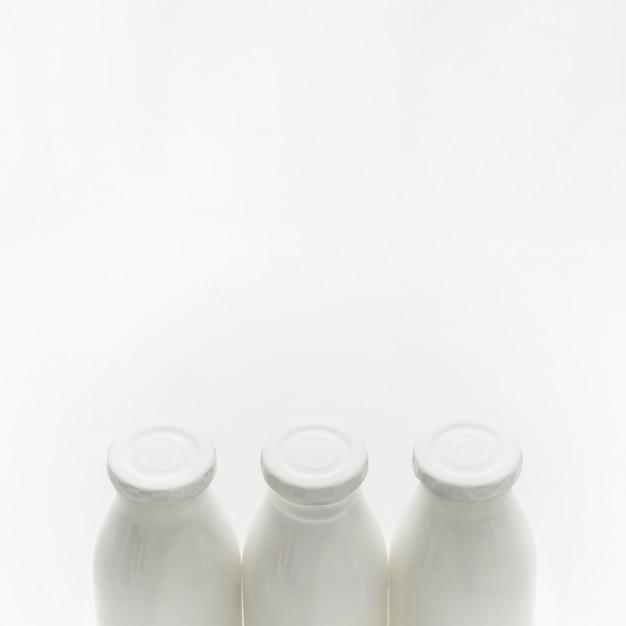 Biologische melkflessen van de close-up met exemplaarruimte Gratis Foto