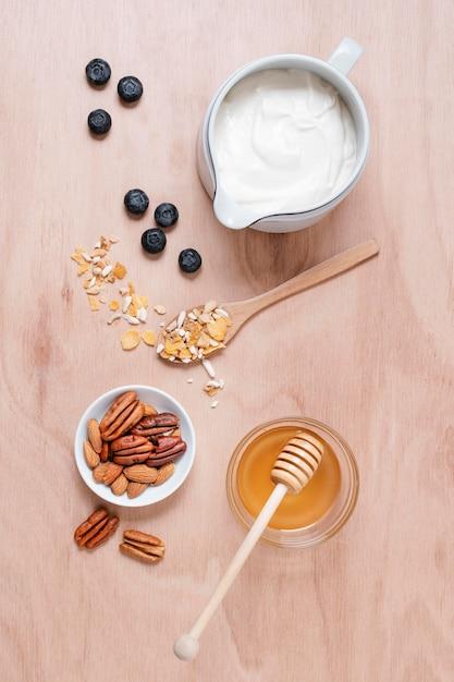 Biologische yoghurt met honing en bosbessen Gratis Foto