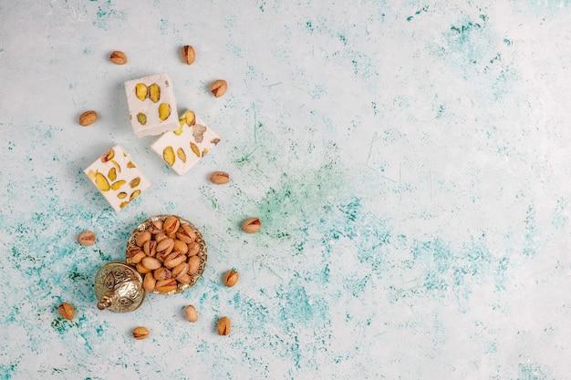 Biologische zelfgemaakte nougat gemaakt met honing, pistache, bovenaanzicht Gratis Foto