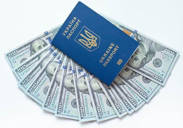 Biometrisch paspoort van oekraïne met dollarrekeningen Premium Foto