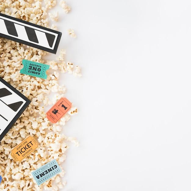 Bioskoopconcept met clapperboard en popcorn Gratis Foto