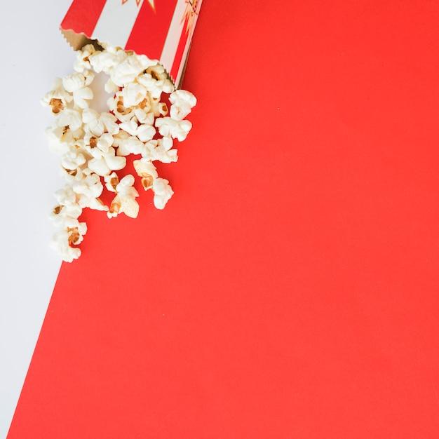 Bioskoopconcept met popcornachtergrond Gratis Foto