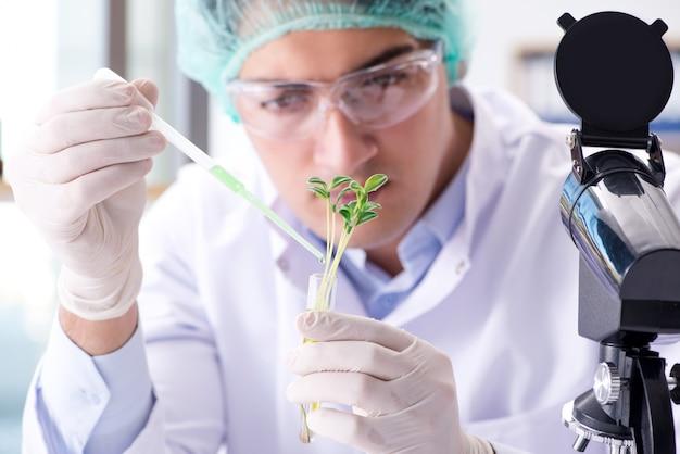 Biotechnologie met wetenschapper in lab Premium Foto