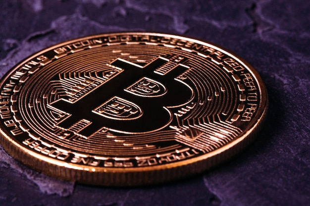 Bitcoin crypto-goud op donkere close-up Premium Foto