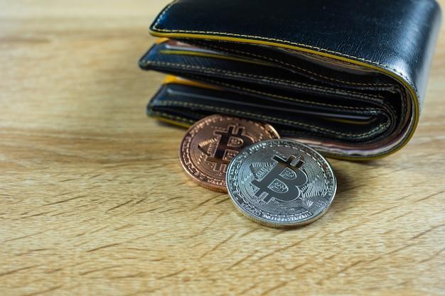 Bitcoin digitale valuta met lederen portemonnee Premium Foto