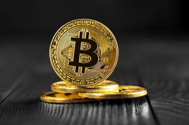 Bitcoin met dollar op beurs geïsoleerde zwart Premium Foto