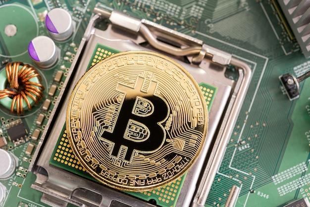 Bitcoin mijnbouwconcept van het graven van bitcoin op microchipbord Premium Foto