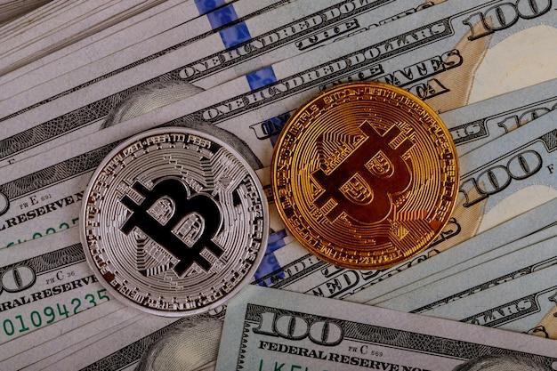 Bitcoin-munten op achtergrond met amerikaanse dollars Premium Foto