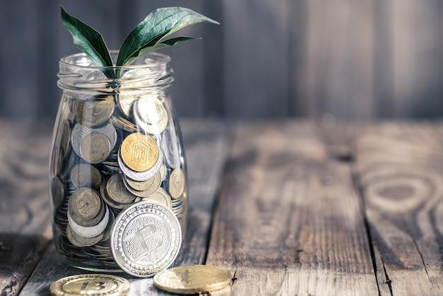 Bitcoins en pot met munten Premium Foto