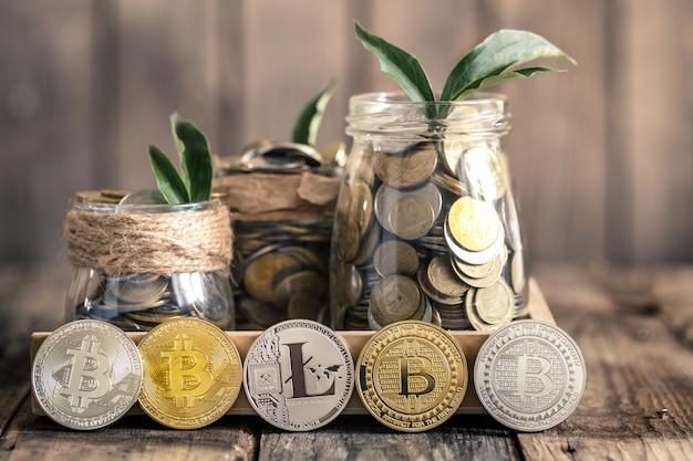 Bitcoins en potten met munten Premium Foto