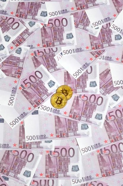 Bitcoins over stapel van vijfhonderd euro bankbiljetten Premium Foto