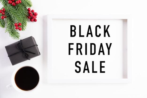 Black friday-de tekst van de verkoopbanner op witte omlijstingdecoratie. Premium Foto