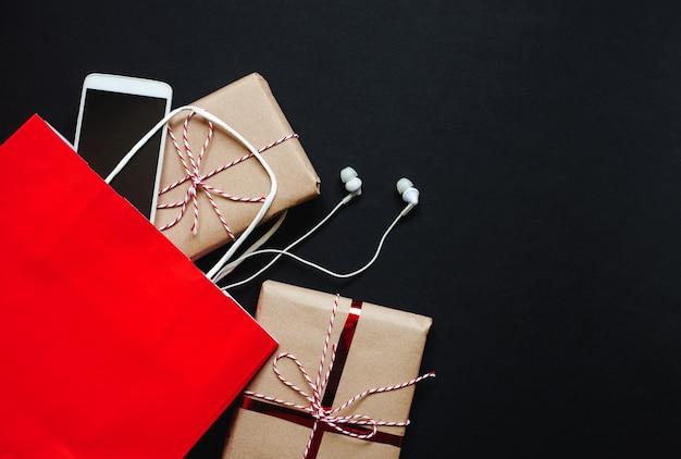 Black friday, geschenkdozen en tas, telefoon met kopie ruimte Premium Foto
