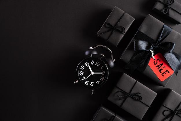 Black friday-samenstelling zwarte giftdoos en wekker. Premium Foto