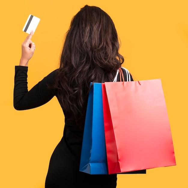 Black friday-verkoopmodel met creditcard van achter schot Premium Foto