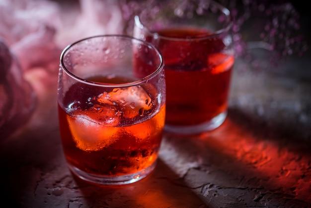 Blackberry-limonade met lavendel op een uitstekende achtergrond Premium Foto