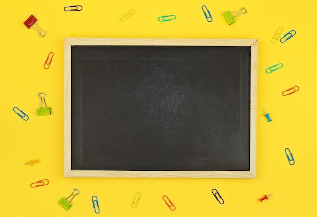Blackboard met clips Premium Foto