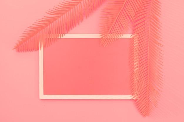 Bladeren over het frame tegen koraal achtergrond Gratis Foto