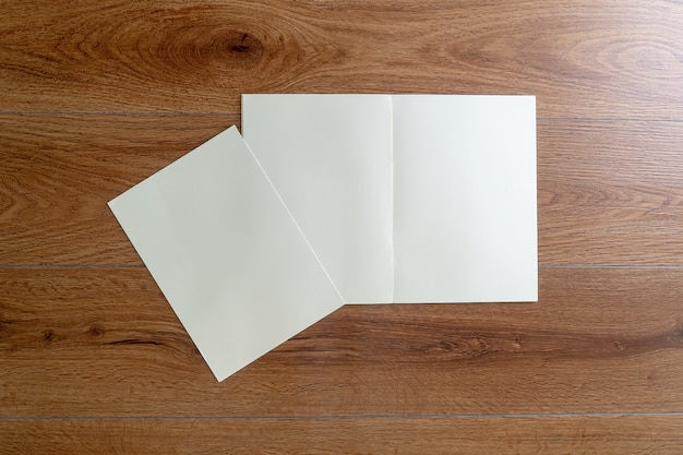 Blanco cataloguscatalogusboek mock-up op identiteitsmagazines van houtmerken Premium Foto